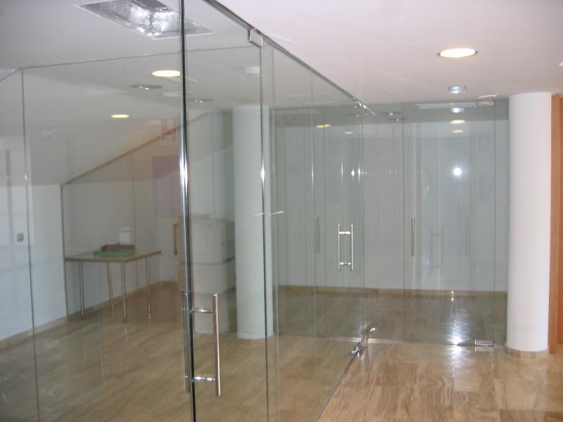 Cristaleria bcn cristaleros y carpinteria de aluminio - Puertas de cristal abatibles precios ...